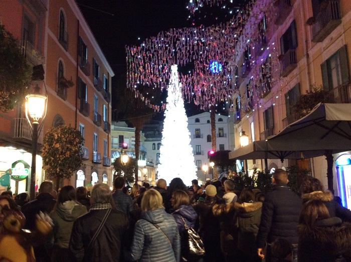 Luci D 39 Artista Acceso L 39 Albero Di Natale Tvoggi